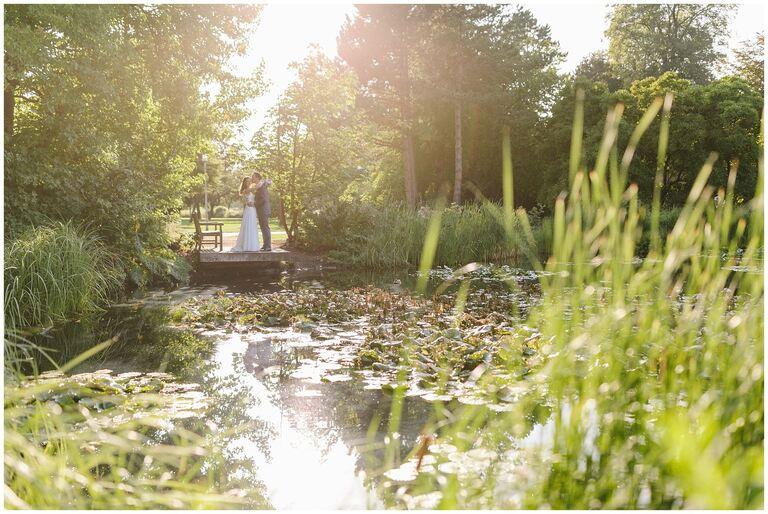 Brautpaar auf einem Steg im Salinenpark Gottesgabe in Rheine