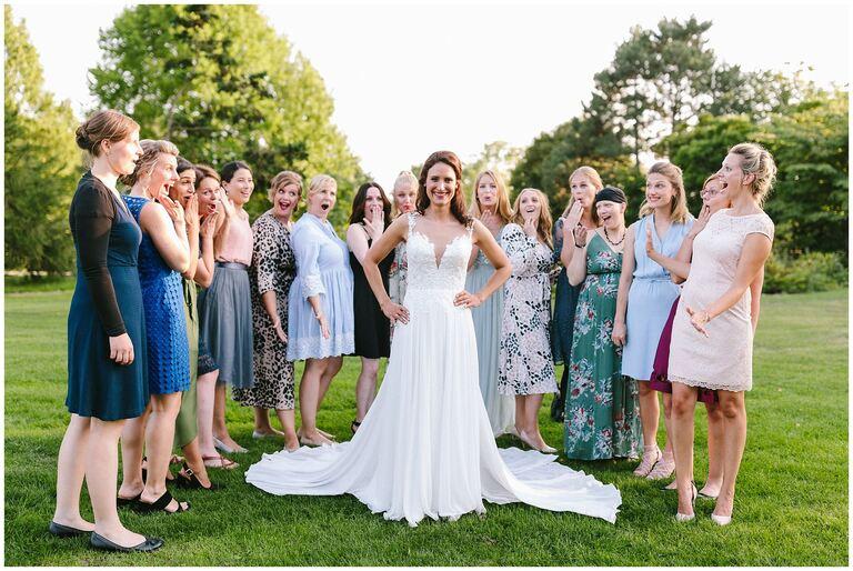 Gruppenbild von der Braut mit Freundinnen