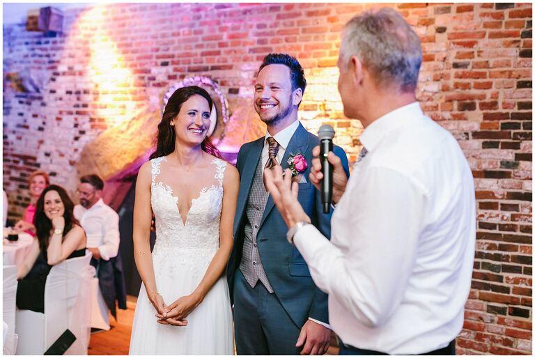 Brautpaar hört dem Brautvater bei der Rede zu