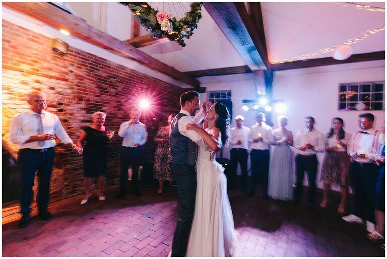 Brautpaar eröffnet die Tanzfläche