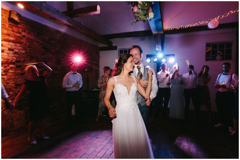 Brautpaar glücklich beim Eröffnungstanz