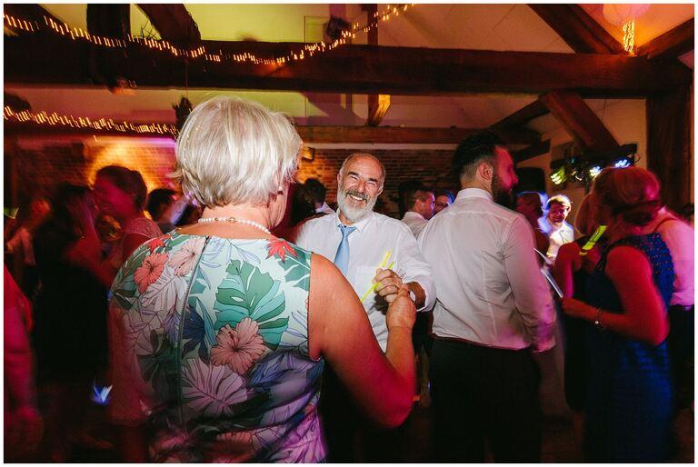 Hochzeitsgäste auf der Tanzfläche