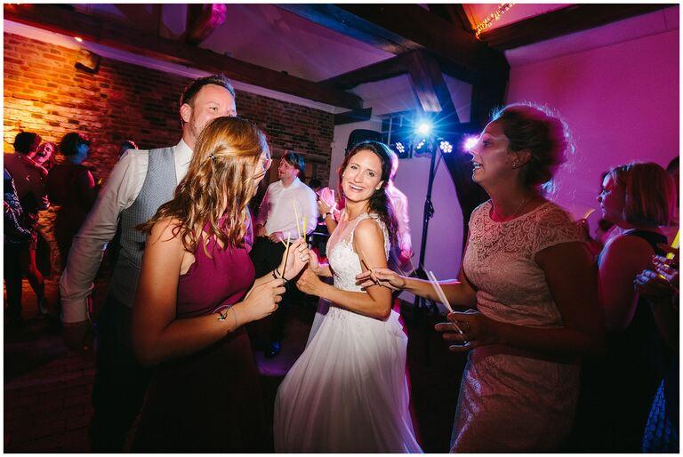 Braut lächelt Glücklich auf der Tanzfläche